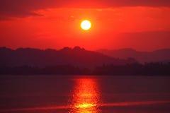 Заход солнца выравниваясь над рекой Стоковая Фотография RF