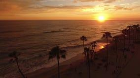 Заход солнца в береге океана сток-видео