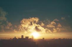 Заход солнца в большом городе стоковое фото