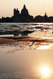 Заход солнца в Венеции - отражение церков салюта della Madonna Стоковые Изображения RF
