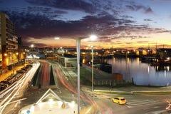 Заход солнца в гавани города Виго с автомобилями освещает в движении стоковые изображения rf