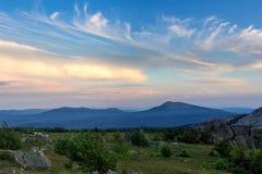 Заход солнца в горах южного Урала красивейший заход солнца неба Природа южного Урала Стоковое Изображение RF