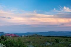 Заход солнца в горах южного Урала красивейший заход солнца неба Природа южного Урала Стоковая Фотография