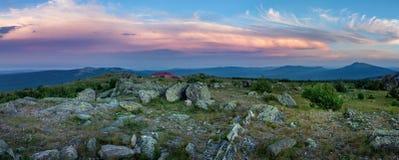 Заход солнца в горах южного Урала красивейший заход солнца неба Природа южного Урала Стоковые Изображения RF
