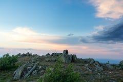 Заход солнца в горах южного Урала красивейший заход солнца неба Природа южного Урала Стоковое Фото
