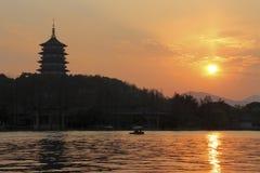 Заход солнца в западном озере Ханчжоу, Китая Стоковые Изображения RF