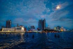 Заход солнца в заливе Манила Стоковые Фотографии RF