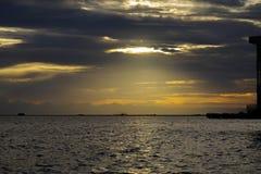 Заход солнца в заливе Манила Стоковые Изображения RF