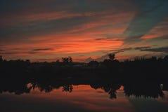 Заход солнца в июле с облаками отразил в реке Hoper стоковые фотографии rf