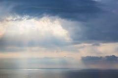 заход солнца в облачном небе над морем Стоковое фото RF
