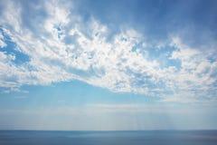 заход солнца в облачном небе над морем Стоковое Фото