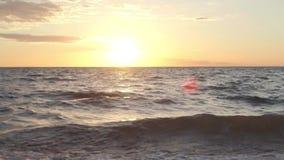 Заход солнца вдоль берега озера во время временени сток-видео