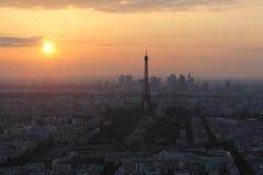Заход солнца в Париже. Взгляд Эйфелева башни Стоковые Изображения