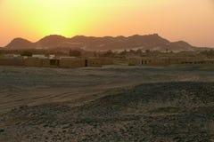 Заход солнца в пустыне Сахары. Город в пустыне. Стоковое Фото