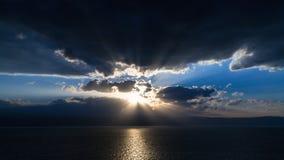 Заход солнца в синих облаках над мертвым морем Стоковые Изображения