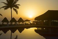 Заход солнца в тропической гостинице в Мексике Стоковые Фотографии RF