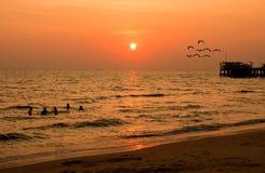 Заход солнца в тумане на пляже Стоковые Изображения RF