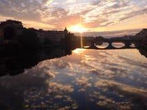 Заход солнца в Флоренсе с красивыми отражениями неба в Арно Стоковая Фотография RF