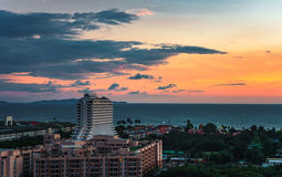 Заход солнца города Таиланда с видом на море Стоковые Фотографии RF