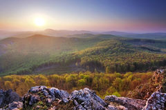 Заход солнца горы леса стоковые фото