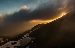заход солнца горы озера иллюстрации заход солнца неба океана ландшафта вечера Фото через облака Стоковое Изображение RF