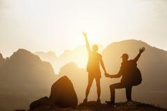Заход солнца гор hikers backpackers пар Стоковая Фотография