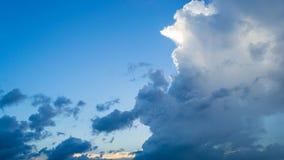 Заход солнца голубого неба и облака красоты стоковые фото