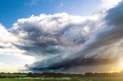 Заход солнца грозы Supercell и голубое небо и облака цирруса Стоковая Фотография