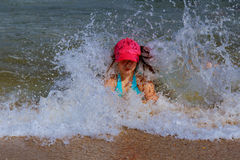 Заход солнца девушки серфера наблюдая на surboard плавая в зеленый голубой океан Стоковое фото RF