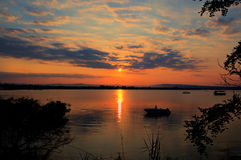 Заход солнца лета в тихом заливе стоковое изображение rf