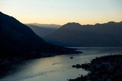 Заход солнца лета на заливе Kotor с глубокими shadowes Стоковые Изображения RF