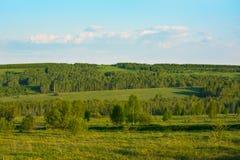Заход солнца лета над красивым ландшафтом зеленых холмов Стоковая Фотография