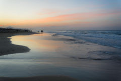 Заход солнца лета на почти пустом испанском пляже mediterraneam Стоковые Изображения