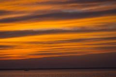 Заход солнца лета на пляже стоковое изображение