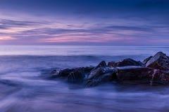 Заход солнца лета на скалистом морском побережье на заливе Уотергейта, Корнуолле, английском Стоковое фото RF