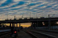 заход солнца железнодорожного вокзала железной дороги kyiv отслеживает Украину Стоковые Изображения RF