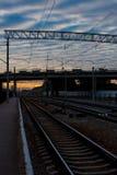 заход солнца железнодорожного вокзала железной дороги kyiv отслеживает Украину Стоковая Фотография