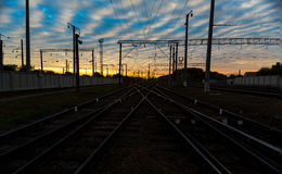 заход солнца железнодорожного вокзала железной дороги kyiv отслеживает Украину Стоковое фото RF