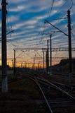 заход солнца железнодорожного вокзала железной дороги kyiv отслеживает Украину Стоковая Фотография RF