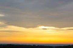 Заход солнца, желтый цвет неба Драматический заход солнца и небо восхода солнца Стоковое Изображение
