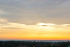 Заход солнца, желтый цвет неба Драматический заход солнца и небо восхода солнца Стоковые Изображения