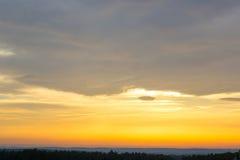 Заход солнца, желтый цвет неба Драматический заход солнца и небо восхода солнца Стоковые Фото