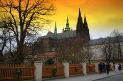 Заход солнца замка Праги золотой стоковые изображения