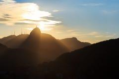 Заход солнца за горой Corcovado Христосом спаситель, Рио de январь Стоковое Фото