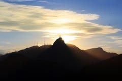 Заход солнца за горой Corcovado Христосом спаситель, Рио de январь Стоковые Изображения