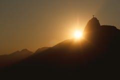 Заход солнца за горой Corcovado Христосом спаситель, Рио de январь Стоковые Фотографии RF