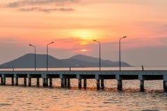 Заход солнца за малыми кораблем порта и столбом лампы Стоковые Изображения RF