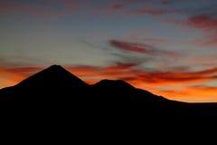 Заход солнца за силуэтом горы вулкана Стоковое Изображение RF