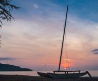 Заход солнца за saiboat Стоковая Фотография