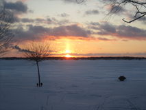 Заход солнца зимы над островом Мичиганом Grosse Стоковое Изображение